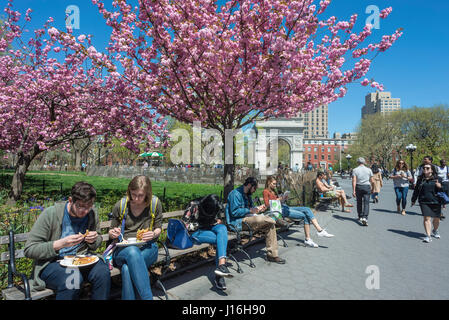 New York, USA, People having lunch and reading on a warm Spring afternoon in Washington Square ©Stacy Walsh Rosenstock/Alamy - Stock Photo