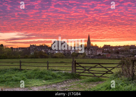 Wiltshire, UK. 19th Apr, 2017. UK Weather - After a cold night in April, a beautiful dawn sky glows red over the - Stock Photo