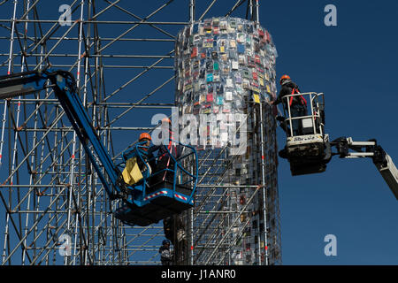 Kassel, Germany. 20th Apr, 2017. Books wrapped in plastic are attached to the steel scaffolding of the documenta - Stock Photo