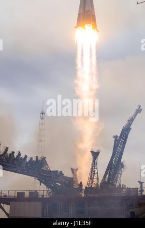 Baikonur, Kazakhstan. 20th Apr, 2017. The Russian Soyuz MS-04 spacecraft blasts off from the Baikonur Cosmodrome - Stock Photo