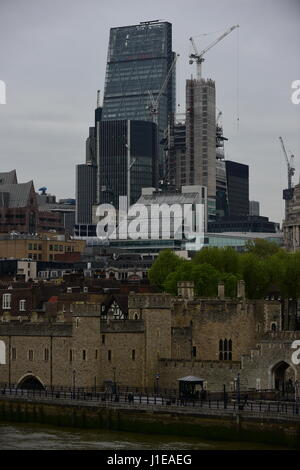 London, UK. 21st April 2017. Grey and mild morning during London rush hour. Credit: Malcolm Park/Alamy Live News. - Stock Photo
