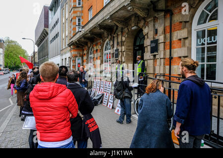 London, UK. 21st April, 2017. Staff of Univeristy College London protest for fair pay outside the Union building - Stock Photo
