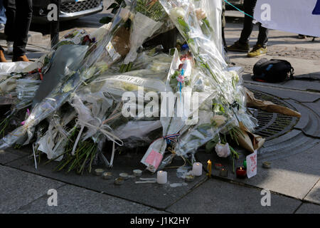 Paris, France. 21st April 2017. Flowers are lying at the makeshift memorial. The day after the ISIS shooting at - Stock Photo