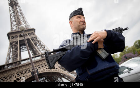 Paris, France. 22nd Apr, 2017. Armed police officers near the Eiffel Tower in Paris, France, 22 April 2017. The - Stock Photo