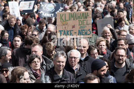 Berlin, Germany. 22nd Apr, 2017. Protestors hold up a sign reading 'Climate Change is not Fake News' during the - Stock Photo