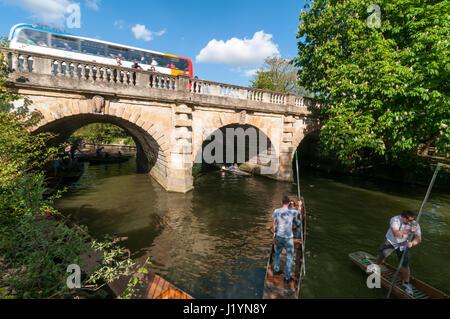 Oxford, Oxfordshire, UK. 22nd Apr, 2017. UK Weather, Oxford, Oxfordshire, UK. 22nd April 2017, People enjoy sunny - Stock Photo