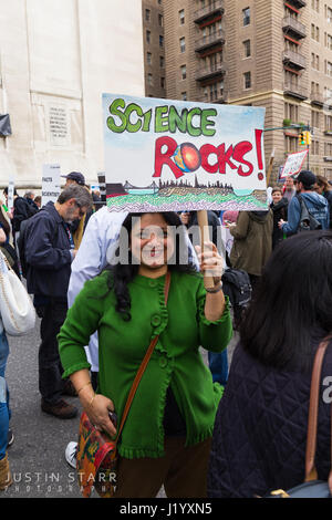 New York, USA. 22nd April, 2017. An unidentified woman holds a sign that reads 'Science Rocks!' during the March - Stock Photo