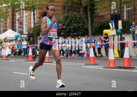 London, UK. 23rd Apr, 2017. Mare Dibaba of Ethiopia runs through Shadwell close to the halfway point of the 2017 - Stock Photo