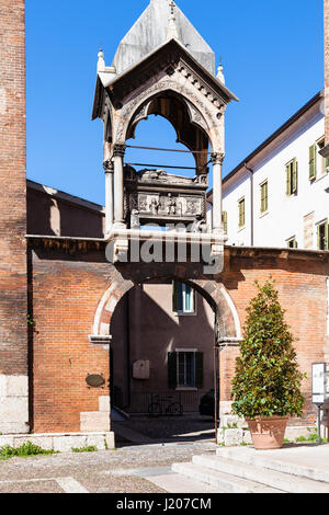 VERONA, ITALY - MARCH 27, 2017: Arch with tomb Arca di Guglielmo da Castelbarco in Basilica di Sant Anastasia. Sant - Stock Photo