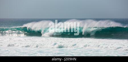 Dangerous breaking waves, Banzai Pipeline, Oahu, Hawaii - Stock Photo