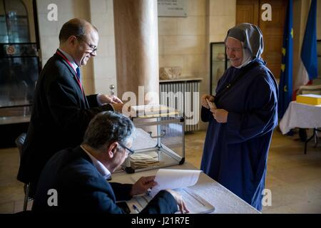 Jerusalem. 23rd Apr, 2017. A French national votes for the first round of the French presidential election at a - Stock Photo