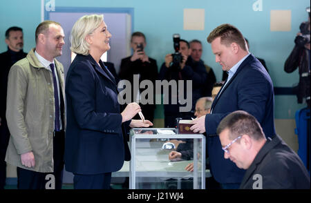 Henin-Beaumont, France. 23rd April, 2017. Hénin-Beaumont (northern France) : Marine Le Pen voting in the first round - Stock Photo