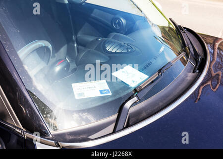 disabled parking badge in car window free car park space for badge holders UK England disability parking badge - Stock Photo