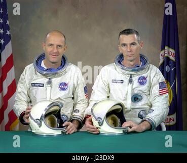 Official NASA portrait of Gemini 9 mission backup crew members astronauts Thomas Stafford (left) and Gene Cernan - Stock Photo
