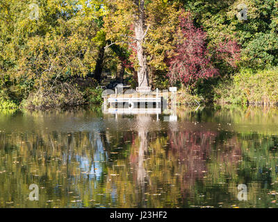 Bench, Pangbourne-on Thames, Reading, Berkshire, England - Stock Photo