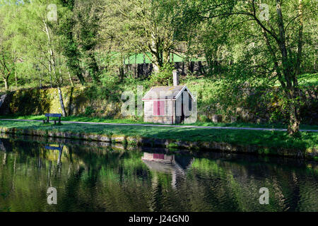 Lea Bridge, Derbyshire, UK. 25th April 2017. Bright sunny start to the day with a slight overnight frost in the beautiful Bowood near Cromford canal in the Derwent valley. Credit: Ian Francis/Alamy Live News