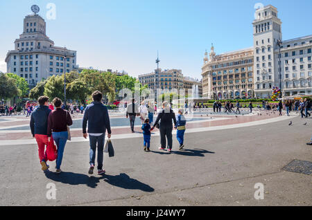 Tourists in the Plaça de Catalunya, a large square int the centre of Barcelona. - Stock Photo