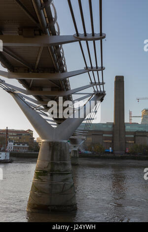 Millennium Bridge looking towards the Tate Modern - Stock Photo