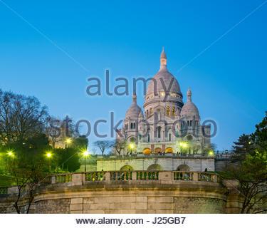 France, Île-de-France, Paris. Basilica of Sacre Coeur at dusk, Montmartre. - Stock Photo