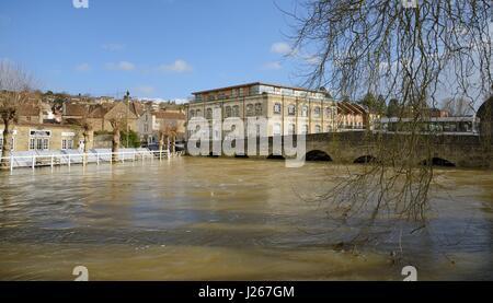 River Avon in spate through Bradford-on-Avon, Wiltshire, UK, February 2014. - Stock Photo