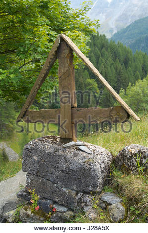 France, Eastern France, Vanoise Massif, cross on a path to the village of Pracompuet - Stock Photo