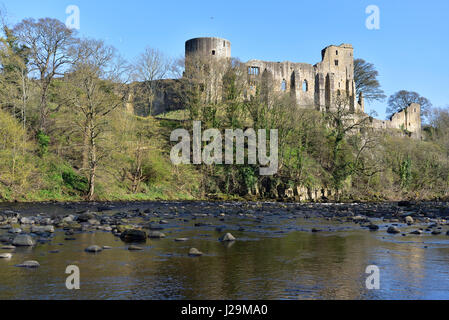 Barnard Castle and the River Tees. The Castle was established in 1112 by Bernard Baliol, and is managed by English - Stock Photo