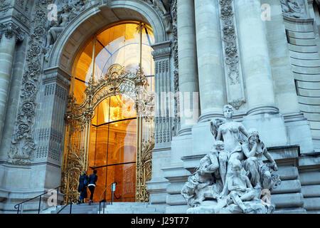 France, Paris, 8th district, Petit Palais. Frontage and main entrance. Tourists entering the museum. - Stock Photo