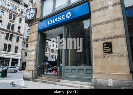 A retail Chase bank location in Manhattan. - Stock Photo