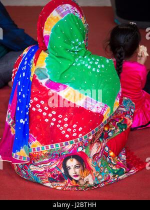 Woman sitting at Gurudwara Bangla Sahib shrine, New Delhi, India. - Stock Photo