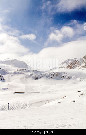 Austria, Tyrol, Imst, Ski Recreation in Sankt Leonhard im Pitztal, Ortsteil Piösmes, ski slope on the glacier, Pitztal - Stock Photo