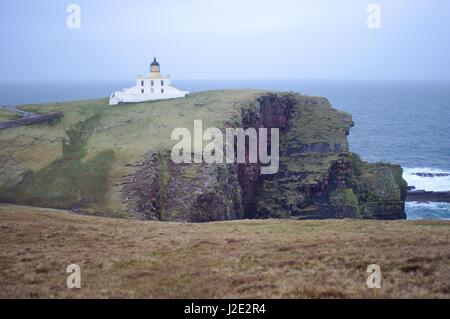 Remote accommodation at the Stoer Head Lighthouse, Lochinver, Sutherland, Scotland. Cliff side lighthouse accomodation - Stock Photo