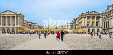 France, Ile-de-France, Palace of Versailles, view of the golden Gate of Honour from Place dAarmes - Stock Photo