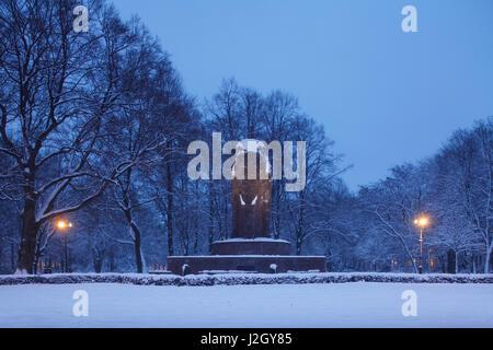 Elefant, Anti-Kolonialdenkmal im Winter mit Schnee bei Abenddaemmerung, Bremen, Deutschland, Europa  I Elephant, - Stock Photo