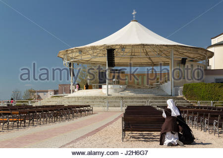 Europe, Bosnia and Erzegovina, Medjugorje. A nun prays outside the St. James Church - Stock Photo