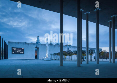 Germany, Nordrhein-Westfalen, Bonn, Museumsmeile, Bundeskunsthalle, museum of technology and art, exterior, dawn - Stock Photo
