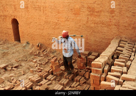 Allahabad, Uttar Pradesh, India. 30th Apr, 2017. Allahabad: Indian labours working at a brick factory on the eve - Stock Photo