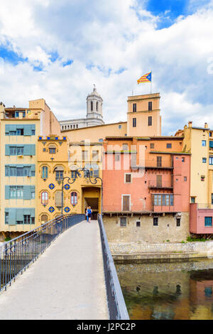 Pont d'en Gómez bridge over the River Onyar with the cathedral belltower in the distance in the old town of Girona, - Stock Photo