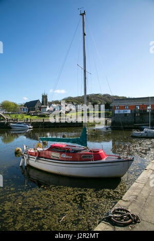 The charming Georgian port town of Aberaeron, Ceredigion, West Wales with sailing boats and fishing boats in the - Stock Photo