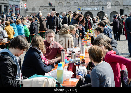 Halle, Germany. 01st May, 2017. Participants of the May picnic 'Table for diversity and tolerance' from the of the - Stock Photo
