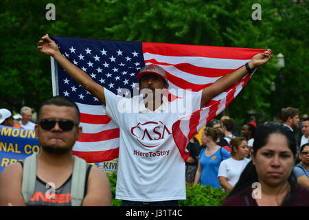 Washington, DC, USA. 1st May, 2017. Hundreds of immigrant workers and advocates march on Monday from one of Washington, - Stock Photo