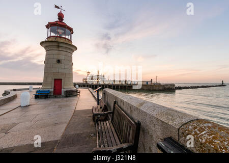 England, Ramsgate harbour. Dawn sky with lighthouse at end of harbour jetty, and in the background, the harbour - Stock Photo