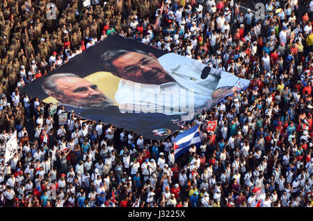 Havana, Cuba. 1st May, 2017. People hold a photograph of late revolutionary leader Fidel Castro (L) and Cuban President - Stock Photo
