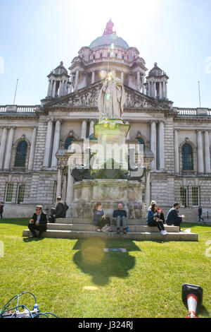 Belfast, UK. 02nd May, 2017. Eating lunch while sun rays shine down on Belfast city hall Credit: Anthony Lynn/Alamy - Stock Photo