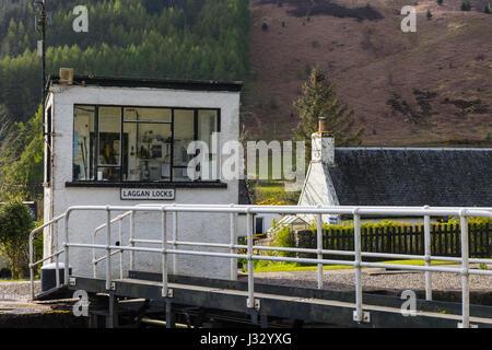 Laggan lock keeper's hut, Caledonian Canal, Highlands, Scotland, UK. - Stock Photo