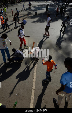 KENYA, Nairobi, young people skating with roller blades in city centre/ KENIA, Nairobi, Stadtzentrum, junge Menschen - Stock Photo