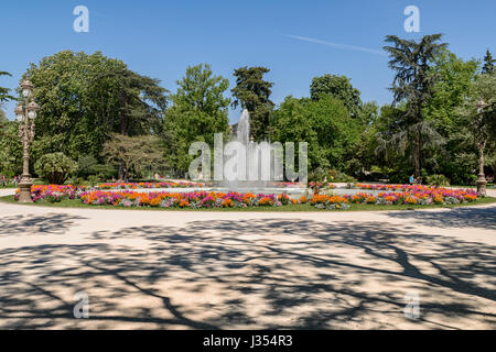 Fountain in a garden pool with rose beds and box hedging stock photo royalty free image for Jardin grand rond toulouse