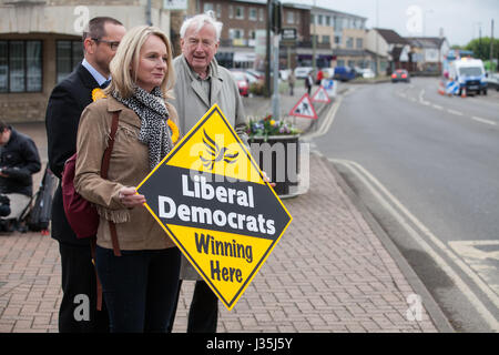Kidlington, UK. 3rd May, 2017. Local Liberal Democrats wait for the arrival of the Liberal Democrat battle bus bringing - Stock Photo