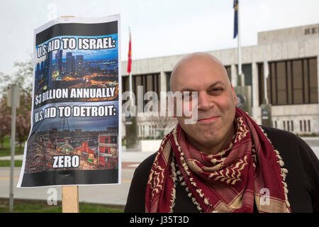 Dearborn, Michigan, USA. 3rd May, 2017. Amer Zahr joins a vigil in support of 1500 Palestinian political prisoners - Stock Photo