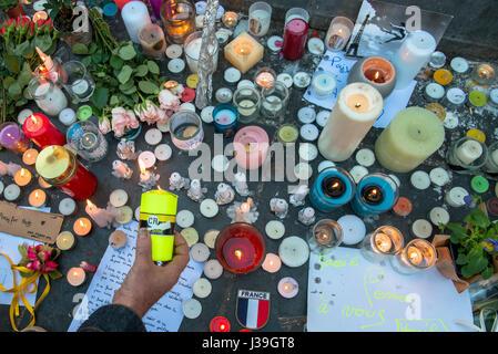 Rassemblement au pied de la statue de la république après les attentats du 13.11.2015. - Stock Photo