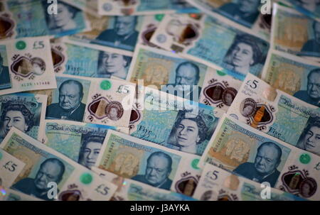 Swansea, UK. 4th May, 2017. A layer of new £5 notes. The £5 banknote, featuring prison reformer Elizabeth Fry, will - Stock Photo